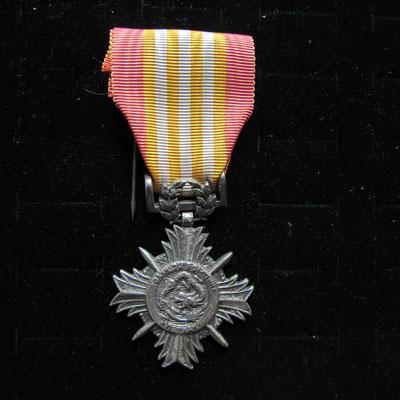 croix du merite vietnamien fabrication local en argent   Prix : 120 euros