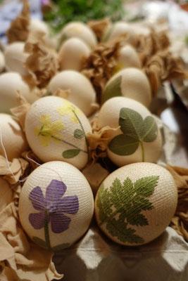 Blumen oder Gräser. Die Hauptsache ist, dass alles dicht am Ei ist.