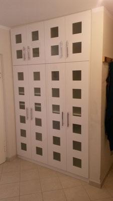 Einbauschrank mit Hochglanztüren und Milchglas Einlagen