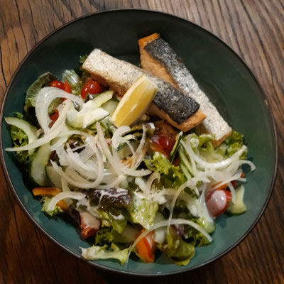 Gebratener Lachs auf buntem Blattsalat