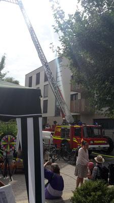 Der Einsatz der Feuerwehr und Jugendfeuerwehr Lustnau sorgt für eine unerwartete Erfrischung!