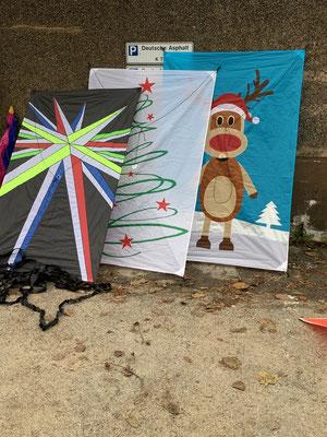 Weihnachtliche Drachen warten auf Wind.