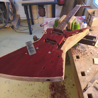 This Gibson Explorer is here to get some improvements. First on the list: natural finish.