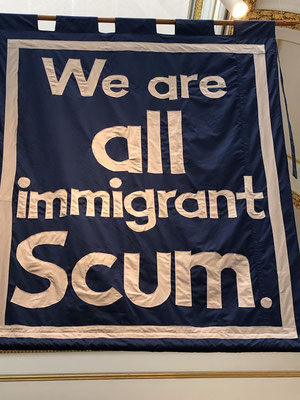 We are all Immigrant Scum, Jeremy Deller (Beitrag zur Sommerausstellung in der Royal Academy) Textilbanner ... YES!