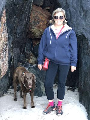 Wir beide untersuchen die Höhlen am Strand ... .
