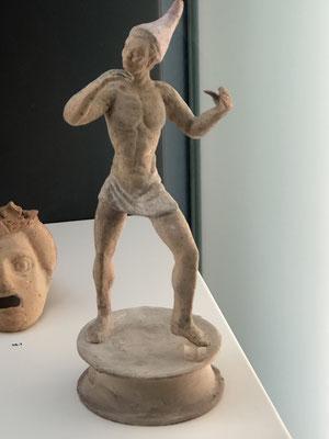 Teracotta Figur, ein Jongleur aus  dem Ende des 3.- Anfang 4. Jhr. v. Chr.