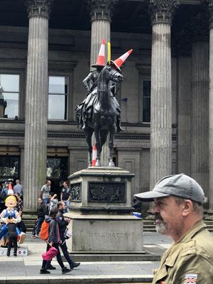 General Wellington bewahrt Haltung. Das zeigt welcher Humor hier erlaubt ist, einfach toll.