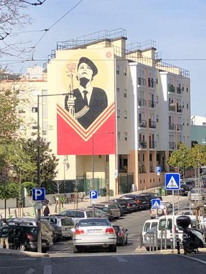 Politische Urban Art zur Nelkenrevolution.