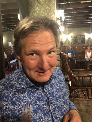 Wir sind im Pub, natürlich nur weil das Wetter nicht so gut ist, Gerd bestellt Haggis...
