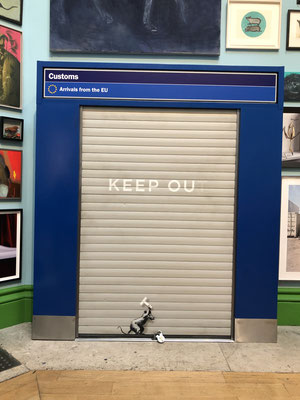 Keep Ou, Banskys (Beitrag zur Sommerausstellung in der Royal Academy) customs arch salvaged from Heathrow airport, roller shutter and spry paint... Bravo!