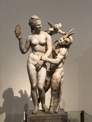 Aphrodite droht Amor und Pan mit ihrem Pantoffel ... herrlich.