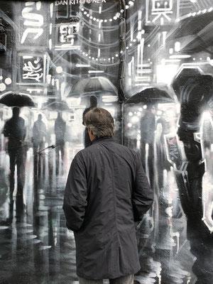 Gerd im Graffitiregen und im natürlichen Regen in der Brick Lane.