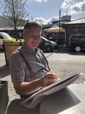 Gerd zeichnet schon nach dem Frühstück am Plac Nowy in Kazimierz.