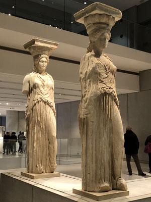 Starke Frauen, die Karyatiden des Erechteion, sie stehen geschützt und warm im Akropolismuseum.
