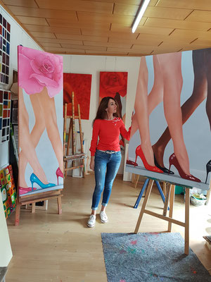 -Marion Haas-in ihrem-Atelier-im-Rheingau-lange-Beine-in Ölfarbe-dargestellt-Bilder-Malereien-kaufen-mieten