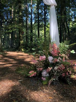 Sepemberhochzeit: Traubogen im Wald