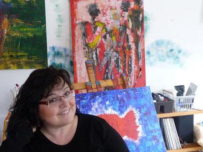 Brigitta Stritezsky vor einem Teil ihrer Werke