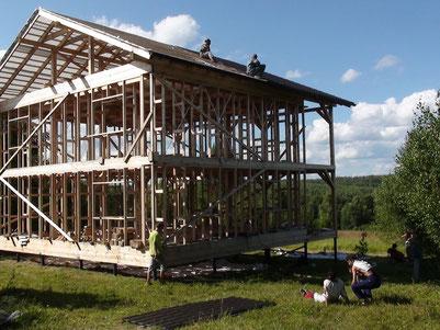 伊凡正在幫鄰居搭建屋頂