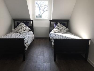 Chambre 1: les deux lits simples (90x200) - la fenêtre donne sur le jardin