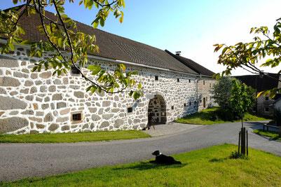 Typisch Mühlviertler Granit-Steinbloßfassade des Biohof Krammer-Pinter