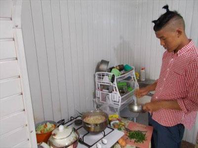 同じ宿に泊まってる料理男子。パスタのトマトソースとか作ってました。僕の方は中華風親子丼とか、まあ色々手元にあった食材と調味料でまあまあ美味いもん作ってます。米も手に入りますから