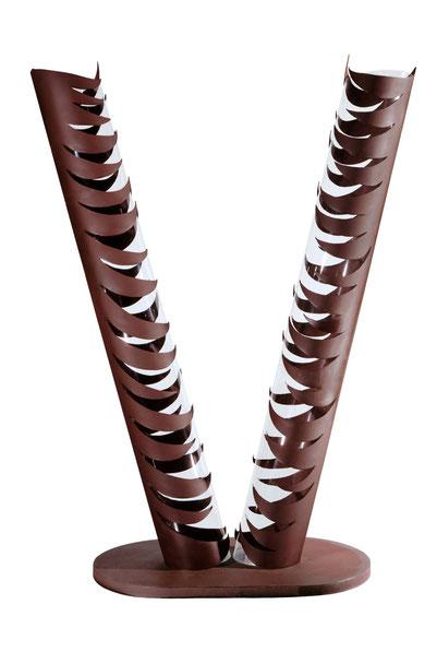 VIIème Commandement - L'équilibre, tu retrouveras (De l'harmonie entre nature et progrès) Acier patiné, verni et altuglas, 330x168x111cm (Collection Ville de Terni - Italie)