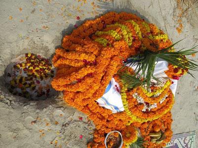 背後上部から見たシヴァリンガム。左側の穴には、プジャで捧げられた聖水、ミルク、蜂蜜、花びらなどがシヴァリンガムをつたって流れ落ち集められている