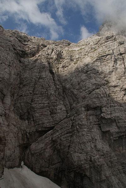 Am oberen Rand der Wand ist ganz klein das rote Biwak Tarvisio zu erkennen