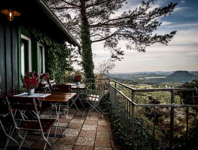 Ausblick von der kleinen Terrasse in der Bergwirtschaft Papststein