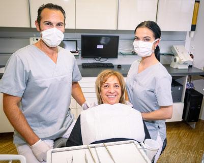 Keine Zahnfüllung zu sehen Dank ästhetischer Füllungstechnik (© Yuri Arcurs - Fotolia.com)