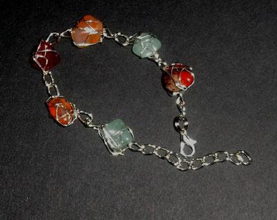Armband mit Silberdraht umwickelten Edelsteinen