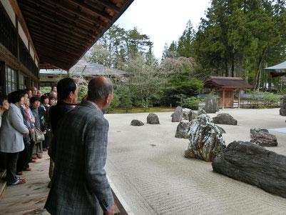 【金剛峯寺の中の蟠龍庭。日本最大の石庭を見学。】