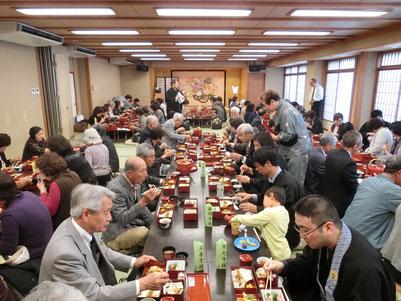 【和泉屋旅館で昼食。大人数です。】