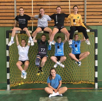 Weibliche A-Jugend des TuS Altwarmbüchenliebt akrobatische Teamfotos