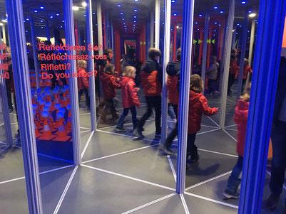 Im Spiegellabyrinth kann die Sichtbarkeit getestet werden.