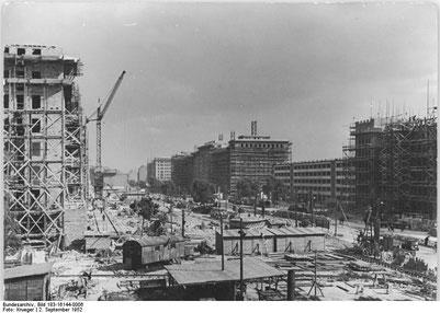 Beginn des Bauens; Quelle: Bundesarchiv, Bild 183-16144-0006 / Krueger / CC-BY-SA 3.0 [CC BY-SA 3.0 de], via Wikimedia Commons