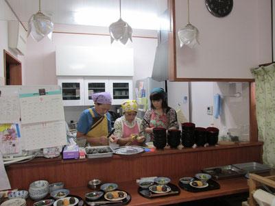 厨房を預かるスタッフのみなさんです、。腕によりをかけて参加者のみなさんの舌鼓を打たせます。