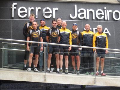 Radsportgruppe vor der Hotelanlage