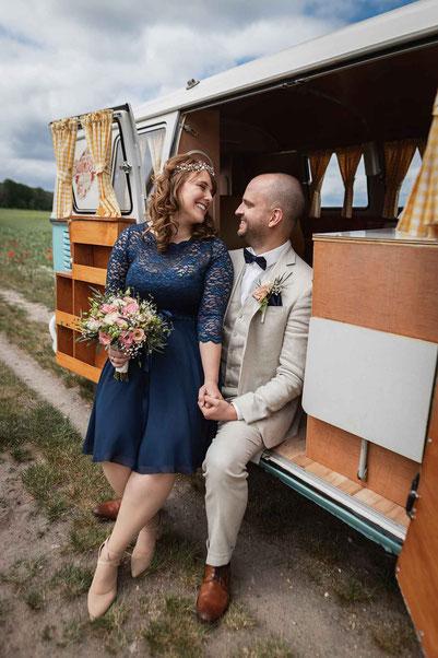 Hochzeitsfotos mit altem VW Bus