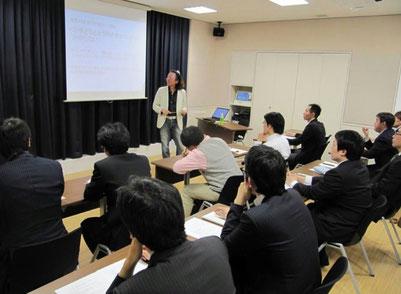 2010年に子どももいないのに受講したパパスクール。FJ代表の安藤さんの講義を一番前で必死にメモってるピンクのシャツがぼくです