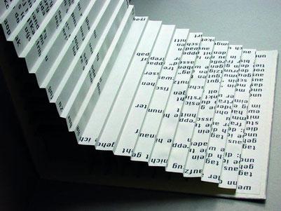 Buchobjekt mit leporelloartiger Faltung von Babsi Daum mit Text von Marian Hatala