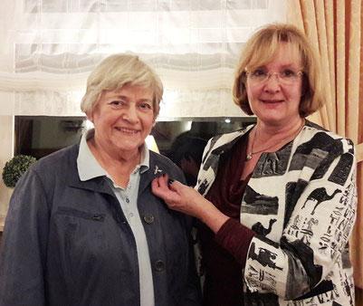 Karin Bentschneider wird für ihre langjährige Vorstandstätigkeit mit der Silbernen Biene geehrt.