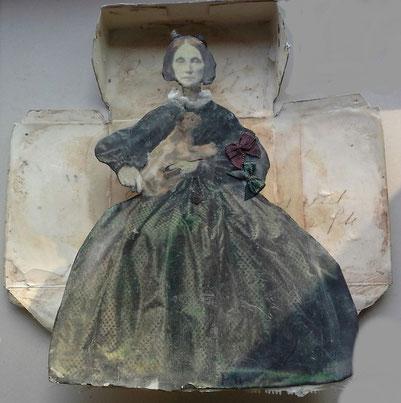 The  cat lady. -oude foto's, acrylverf,textiel en bijenwas  in een uitgevouwen theedoosje.
