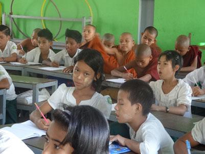 Classe d'AZM, où sont mélangés filles, garçons, moines et laïcs.