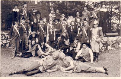 """Gruppenbild vom """"Schinderhannes"""" - Aufführung 1953 auf der Freilichtbühne Bonbaden"""