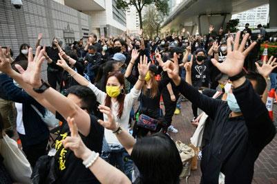 Clarisse Yeung (med hvid skjorte) i en demo mod den af Kina styrede repression mod oppositionen