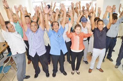 西大舛氏が初当選し、支持者と共に万歳三唱した=29日、同選対事務所
