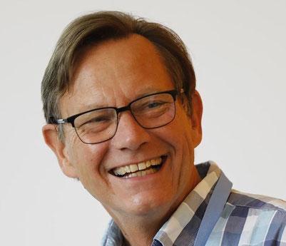 Jörg Steinbrenner var i mange år ansvarlig for Kreis Pinnebergs ungdoms-, social-, kultur- og sundhedsafdeling og arbejder nu for den Nyapostolske Kirke i Skandinavien og dele af Nordtyskland. Udover god rødvin elsker Jörg livet og dansk naturligvis.