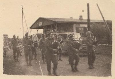 Schottische Einheiten marschieren in das am 29. April 1945 befreite Stalag X B. Foto: unbekannt, 29.4.2020. Privatbesitz