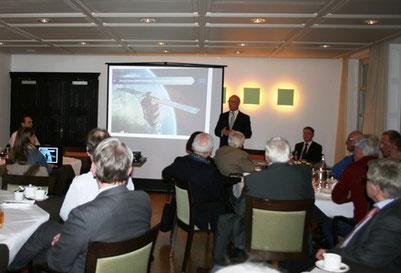 Ratsherr Andres Hellmann moderiert die Debatte mit OB Reinhard Paß.